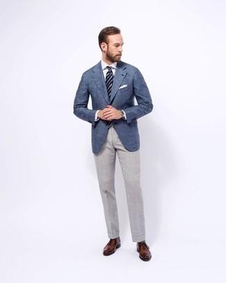 Comment porter des chaussettes grises: Opte pour un blazer bleu avec des chaussettes grises pour une tenue idéale le week-end. Assortis cette tenue avec une paire de des chaussures richelieu en cuir marron pour afficher ton expertise vestimentaire.