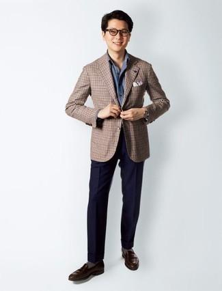 Comment porter des chaussettes grises: Pense à harmoniser un blazer à carreaux marron avec des chaussettes grises pour une tenue idéale le week-end. Apportez une touche d'élégance à votre tenue avec une paire de des slippers en cuir marron foncé.