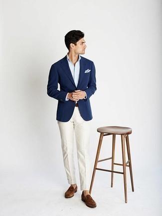 Comment porter un pantalon de costume blanc: Pense à marier un blazer bleu marine avec un pantalon de costume blanc pour un look pointu et élégant. Assortis ce look avec une paire de des slippers en daim marron.