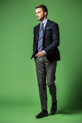 Comment porter une cravate à rayures horizontales bleu marine: Opte pour un blazer bleu marine avec une cravate à rayures horizontales bleu marine pour un look classique et élégant. Cet ensemble est parfait avec une paire de des mocassins à pampilles en cuir noirs.