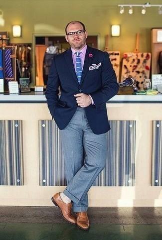 Comment porter une pochette de costume imprimée blanche: Harmonise un blazer bleu marine avec une pochette de costume imprimée blanche pour un look confortable et décontracté. Fais d'une paire de des double monks en cuir marron clair ton choix de souliers pour afficher ton expertise vestimentaire.