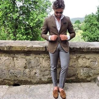 Comment s'habiller après 40 ans: Choisis un blazer marron et un pantalon de costume gris pour un look classique et élégant. Cette tenue est parfait avec une paire de des mocassins à pampilles en daim marron clair.
