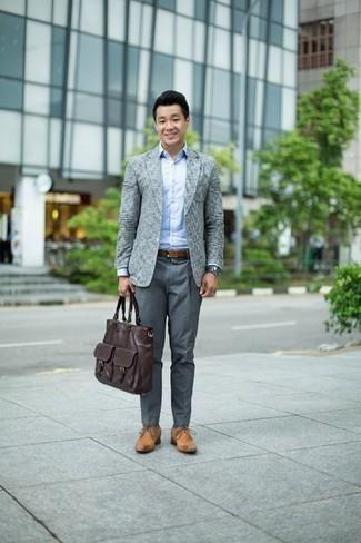 Comment porter un pantalon de costume gris: Pense à marier un blazer gris avec un pantalon de costume gris pour un look pointu et élégant. Termine ce look avec une paire de des chaussures derby en cuir marron clair.