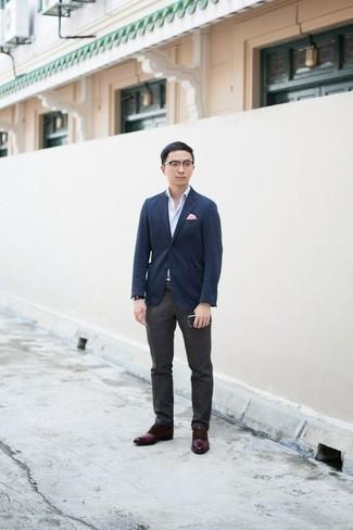 Comment porter un pantalon de costume gris foncé: Essaie de marier un blazer bleu marine avec un pantalon de costume gris foncé pour un look classique et élégant. Cette tenue se complète parfaitement avec une paire de des chaussures derby en cuir bordeaux.