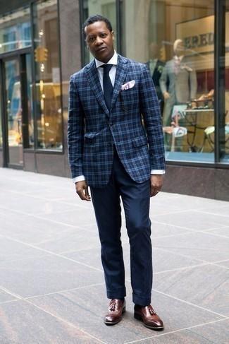 Comment porter des chaussettes noires: Pense à harmoniser un blazer écossais bleu marine avec des chaussettes noires pour une tenue relax mais stylée. D'une humeur audacieuse? Complète ta tenue avec une paire de des mocassins à pampilles en cuir marron.