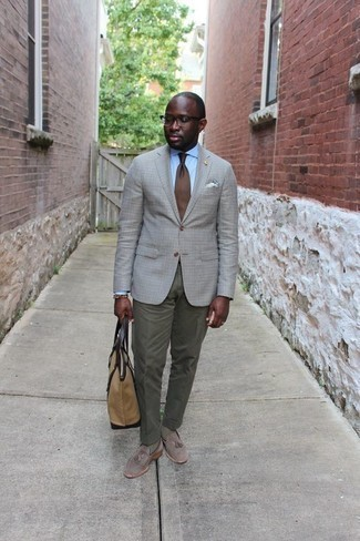 Comment porter une cravate marron: Harmonise un blazer à carreaux gris avec une cravate marron pour un look classique et élégant. Cette tenue se complète parfaitement avec une paire de des mocassins à pampilles en daim gris.