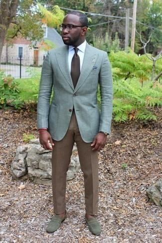 Comment porter une cravate marron: Harmonise un blazer vert menthe avec une cravate marron pour dégager classe et sophistication. Jouez la carte décontractée pour les chaussures et assortis cette tenue avec une paire de des slippers en daim olive.