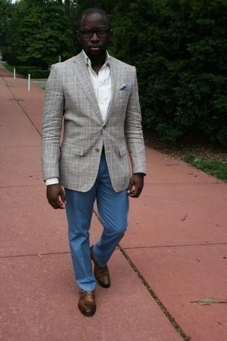 Tendances mode hommes: Porte un blazer écossais gris et un pantalon de costume bleu pour dégager classe et sophistication. Cet ensemble est parfait avec une paire de des monks en cuir marron.
