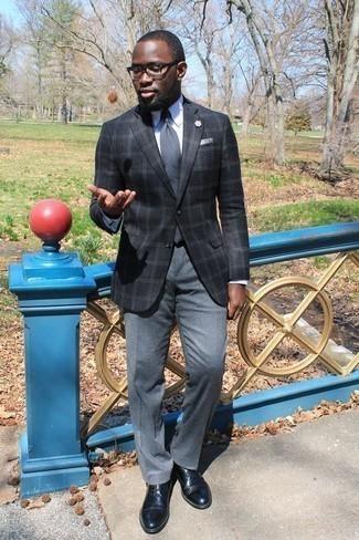 Tendances mode hommes: Associe un blazer écossais gris foncé avec un pantalon de costume gris pour un look classique et élégant. Une paire de des chaussures derby en cuir noires est une option génial pour complèter cette tenue.
