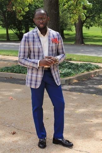 Tendances mode hommes: Harmonise un blazer écossais blanc et bleu marine avec un pantalon de costume bleu pour une silhouette classique et raffinée. Une paire de des mocassins à pampilles en cuir noirs est une option astucieux pour complèter cette tenue.