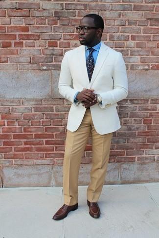 """Tendances mode hommes: L'association d'un blazer blanc et d'un pantalon de costume marron clair te démarquera de la masse sans trop être """"too much"""". Termine ce look avec une paire de des chaussures derby en cuir marron."""
