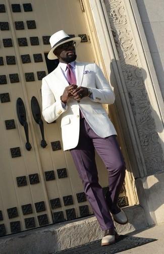 Tendances mode hommes: Pense à associer un blazer blanc avec un pantalon de costume violet pour dégager classe et sophistication. Complète ce look avec une paire de des chaussures richelieu en cuir blanches et noires.