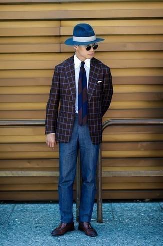 Comment porter un blazer à carreaux marron foncé: Pense à opter pour un blazer à carreaux marron foncé et un pantalon de costume bleu pour dégager classe et sophistication. Termine ce look avec une paire de des mocassins à pampilles en cuir marron.