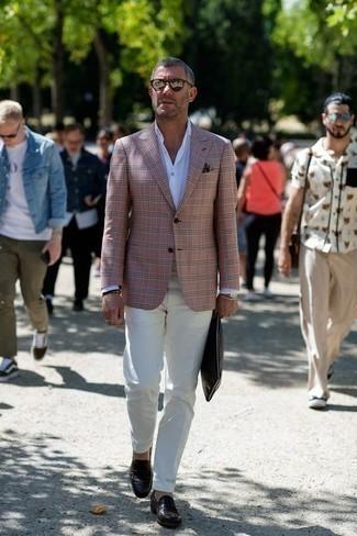 Comment porter une pochette en cuir marron foncé: Associe un blazer rose avec une pochette en cuir marron foncé pour une tenue relax mais stylée. D'une humeur audacieuse? Complète ta tenue avec une paire de des slippers en cuir marron foncé.
