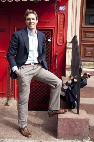 Comment porter un pantalon de costume en été: Pense à opter pour un blazer bleu marine et un pantalon de costume pour dégager classe et sophistication. Cet ensemble est parfait avec une paire de des chaussures derby en cuir marron. C'est un look idéal pour être fin prête pour cet été.
