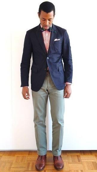 Comment porter un pantalon de costume en été: Pense à harmoniser un blazer bleu marine avec un pantalon de costume pour un look pointu et élégant. Une paire de des chaussures richelieu en cuir marron s'intégrera de manière fluide à une grande variété de tenues. Nous sommes fans de ce look qui respire bon l'été.