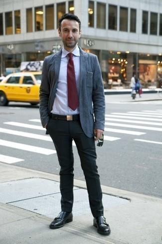 Comment porter un pantalon de costume en été: Pense à opter pour un blazer bleu et un pantalon de costume pour une silhouette classique et raffinée. Assortis ce look avec une paire de des double monks en cuir noirs. Ce look est extra pour pour les journées estivales.
