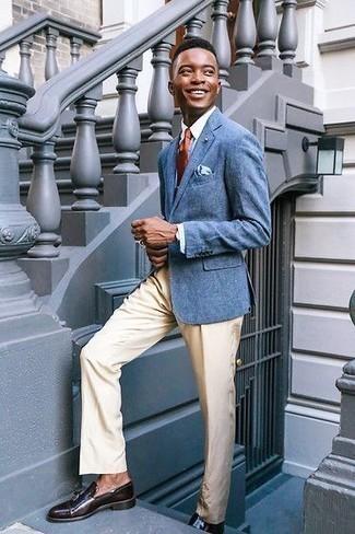 Comment porter un pantalon de costume en été: Quelque chose d'aussi simple que d'opter pour un blazer bleu et un pantalon de costume peut te démarquer de la foule. Cette tenue est parfait avec une paire de des mocassins à pampilles en cuir marron foncé. C'est un look qui conviendra parfaitement lors d'une de vos journées d'été.