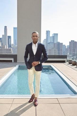 Comment porter un pantalon de costume en été: Pense à opter pour un blazer bleu marine et un pantalon de costume pour dégager classe et sophistication. Une paire de des slippers en cuir bordeaux est une option judicieux pour complèter cette tenue. Nous aimons cette tenue superbe, très estivale.