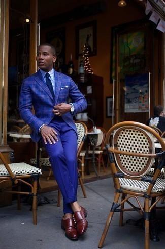 Comment porter une montre en cuir bleu marine: Pour une tenue aussi confortable que ton canapé, harmonise un blazer écossais bleu avec une montre en cuir bleu marine. Assortis cette tenue avec une paire de des double monks en cuir bordeaux pour afficher ton expertise vestimentaire.