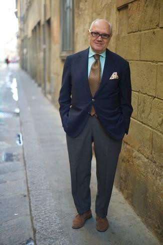 Comment porter une cravate á pois marron: Marie un blazer bleu marine avec une cravate á pois marron pour une silhouette classique et raffinée. Jouez la carte décontractée pour les chaussures et assortis cette tenue avec une paire de des bottines chukka en daim marron.