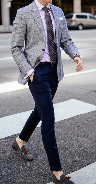 Comment porter une chemise de ville violet clair: Pense à associer une chemise de ville violet clair avec un pantalon de costume bleu marine pour un look classique et élégant. Jouez la carte décontractée pour les chaussures et termine ce look avec une paire de des mocassins à pampilles en daim gris.