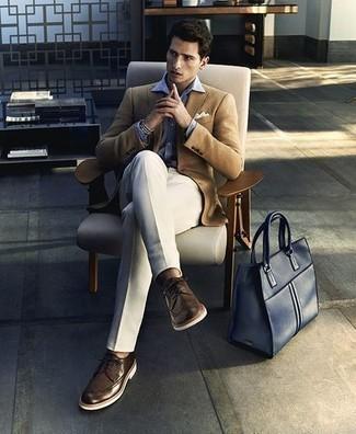 Comment porter une chemise de ville violet clair: Harmonise une chemise de ville violet clair avec un pantalon de costume blanc pour un look pointu et élégant. Tu veux y aller doucement avec les chaussures? Choisis une paire de des chaussures brogues en cuir marron foncé pour la journée.