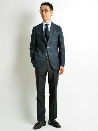 Comment porter une cravate bleu marine: Essaie de marier un blazer écossais bleu marine et vert avec une cravate bleu marine pour dégager classe et sophistication. Cette tenue se complète parfaitement avec une paire de des mocassins à pampilles en cuir noirs.