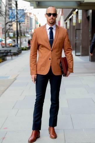 Comment porter une cravate bleu marine: Porte un blazer tabac et une cravate bleu marine pour dégager classe et sophistication. Tu veux y aller doucement avec les chaussures? Termine ce look avec une paire de des bottines chelsea en cuir tabac pour la journée.