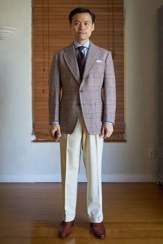 Comment porter des chaussures richelieu en cuir marron: Pense à harmoniser un blazer écossais marron avec un pantalon de costume beige pour dégager classe et sophistication. Une paire de des chaussures richelieu en cuir marron ajoutera de l'élégance à un look simple.