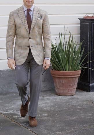 Comment porter une pochette de costume beige: Pense à porter un blazer à carreaux beige et une pochette de costume beige pour un look idéal le week-end. Ajoute une paire de des chaussures richelieu en daim marron à ton look pour une amélioration instantanée de ton style.