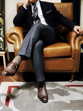 Comment porter des chaussures richelieu en cuir marron: Essaie d'harmoniser un blazer noir avec un pantalon de costume en laine à carreaux gris pour dégager classe et sophistication. Une paire de des chaussures richelieu en cuir marron rendra élégant même le plus décontracté des looks.