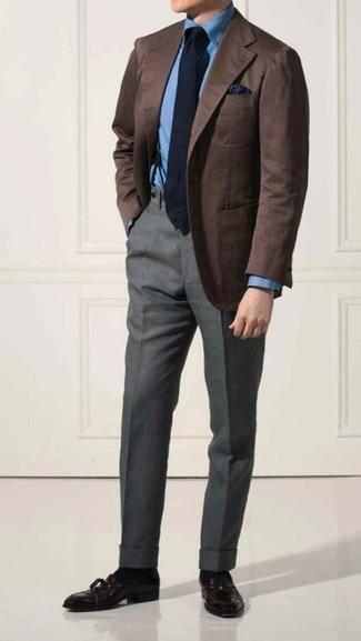 Comment porter une cravate bleu marine: Choisis un blazer marron et une cravate bleu marine pour un look pointu et élégant. Cette tenue est parfait avec une paire de des mocassins à pampilles en cuir pourpre foncé.