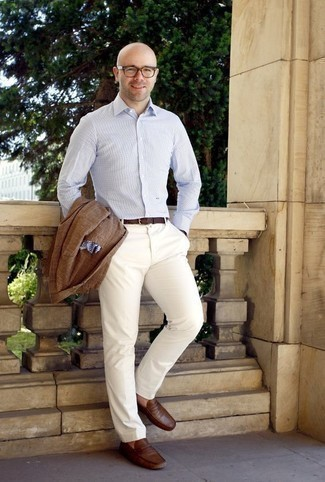 Comment porter une ceinture en cuir marron: Pour une tenue aussi confortable que ton canapé, essaie d'harmoniser un blazer écossais marron avec une ceinture en cuir marron. Opte pour une paire de des slippers en cuir marron pour afficher ton expertise vestimentaire.