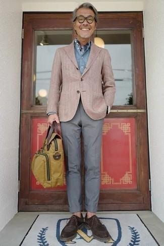 Comment porter une serviette en toile marron clair: Choisis un blazer marron clair et une serviette en toile marron clair pour un look confortable et décontracté. Rehausse cet ensemble avec une paire de des chaussures derby en daim marron foncé.