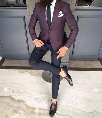 Comment porter une cravate: Fais l'expérience d'un style classique avec un blazer pourpre foncé et une cravate. Si tu veux éviter un look trop formel, termine ce look avec une paire de des monks en cuir bordeaux.