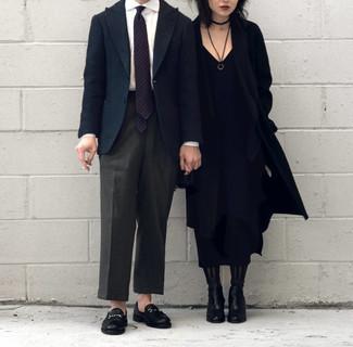 Tendances mode hommes: Essaie d'harmoniser un blazer en laine bleu marine avec un pantalon de costume gris foncé pour un look pointu et élégant. Une paire de des slippers en cuir noirs est une option judicieux pour complèter cette tenue.