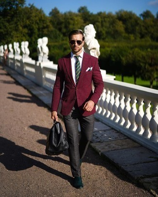 Comment porter un pantalon de costume écossais gris foncé: Harmonise un blazer à carreaux bordeaux avec un pantalon de costume écossais gris foncé pour une silhouette classique et raffinée. Une paire de des slippers en cuir vert foncé est une option parfait pour complèter cette tenue.