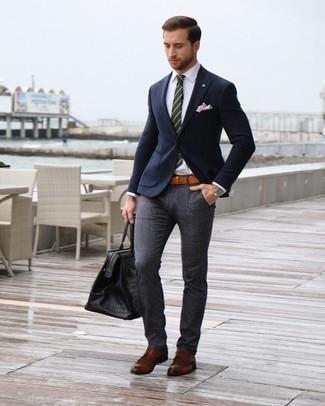 Comment porter un pantalon de costume écossais gris foncé: Pense à opter pour un blazer en laine bleu marine et un pantalon de costume écossais gris foncé pour un look classique et élégant. Une paire de des chaussures brogues en cuir marron est une option astucieux pour complèter cette tenue.