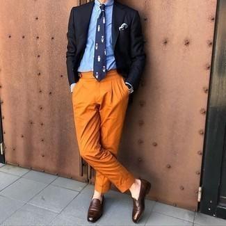 Comment porter un blazer noir: Harmonise un blazer noir avec un pantalon de costume tabac pour un look pointu et élégant. Une paire de des slippers en cuir marron foncé est une option avisé pour complèter cette tenue.