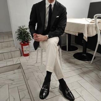 Comment porter un blazer noir: Essaie de marier un blazer noir avec un pantalon de costume blanc pour dégager classe et sophistication. Une paire de des slippers en cuir noirs est une option avisé pour complèter cette tenue.