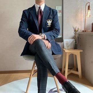 Comment porter un pantalon de costume écossais gris foncé: Opte pour un blazer brodé bleu marine avec un pantalon de costume écossais gris foncé pour un look classique et élégant. Une paire de des double monks en cuir noirs est une option judicieux pour complèter cette tenue.
