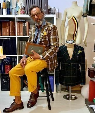 Comment porter une pochette de costume jaune: Pour une tenue aussi confortable que ton canapé, pense à associer un blazer écossais marron avec une pochette de costume jaune. Apportez une touche d'élégance à votre tenue avec une paire de des chaussures richelieu en cuir marron foncé.