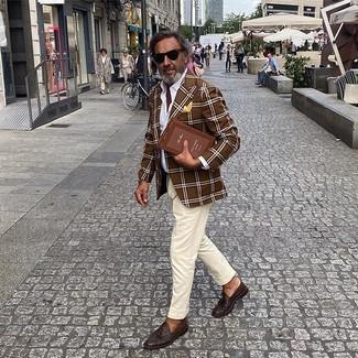 Comment porter une pochette de costume jaune: Associe un blazer écossais marron avec une pochette de costume jaune pour une tenue idéale le week-end. Termine ce look avec une paire de des mocassins à pampilles en cuir marron foncé pour afficher ton expertise vestimentaire.