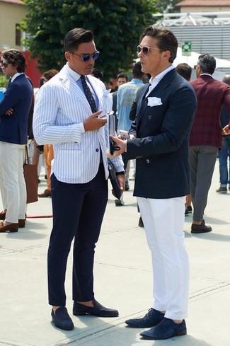 Comment porter: blazer à rayures verticales blanc et bleu marine, chemise de ville bleu clair, pantalon de costume bleu marine, slippers en daim bleu marine