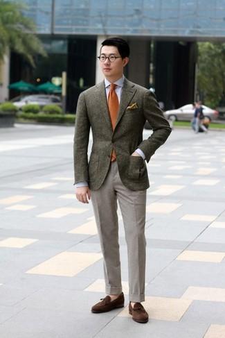 Comment porter: blazer en laine marron foncé, chemise de ville bleu clair, pantalon de costume en laine gris, mocassins à pampilles en daim marron foncé