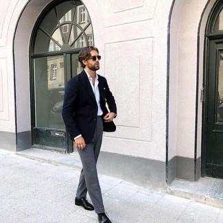 Comment porter des chaussettes gris foncé: Pense à associer un blazer bleu marine avec des chaussettes gris foncé pour un look idéal le week-end. Une paire de chaussures richelieu en cuir noires est une façon simple d'améliorer ton look.