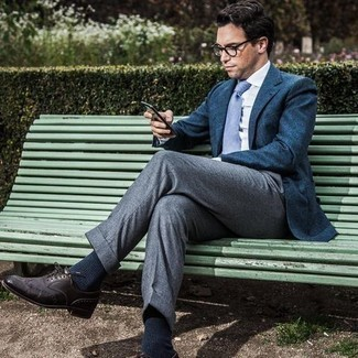 Comment porter des chaussures brogues en cuir marron foncé: Harmonise un blazer bleu marine avec un pantalon de costume gris pour un look classique et élégant. Tu veux y aller doucement avec les chaussures? Complète cet ensemble avec une paire de chaussures brogues en cuir marron foncé pour la journée.
