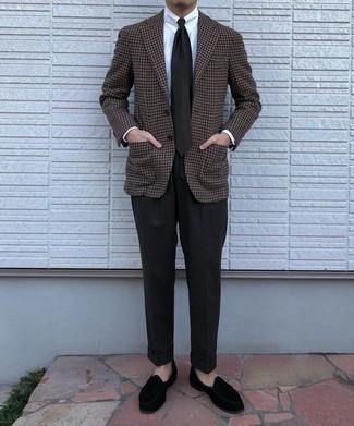 Comment porter un pantalon de costume en laine noir: Associer un blazer en laine en pied-de-poule marron et un pantalon de costume en laine noir créera un look pointu et élégant. Termine ce look avec une paire de slippers en velours noirs.