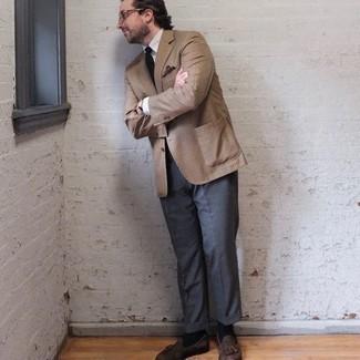 Comment porter des chaussettes noires: Marie un blazer à carreaux marron clair avec des chaussettes noires pour un look confortable et décontracté. Jouez la carte classique pour les chaussures et complète cet ensemble avec une paire de mocassins à pampilles en daim marron.